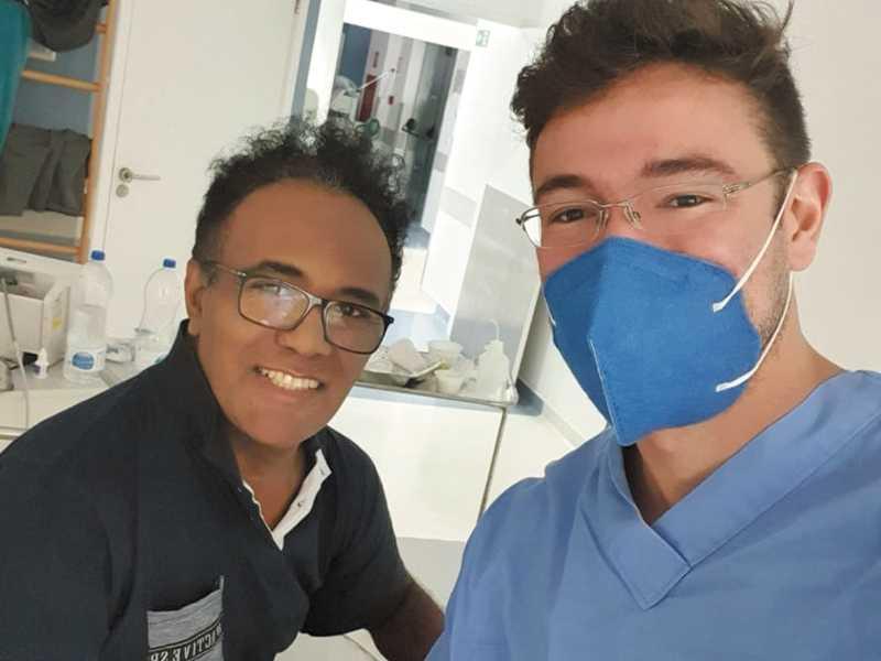 Montaldi e o enfermeiro Eliude, que contraiu a doença quando estava na linha de frente e quase perdeu a vida