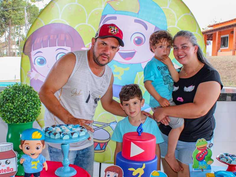 Tios Douglas e Claudia, priminho Miguel