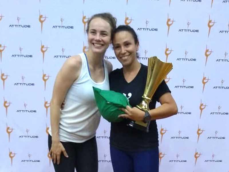 Milena Cristina de Souza Lopes Bujato - Milena Lopes recebe das mãos da ginasta Angélica Kvieczynski, troféu pelo primeiro lugar no ranking geral da competição