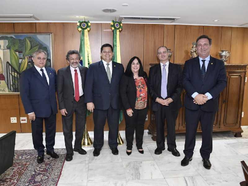 Davi Alcolumbre, ladeado pelos senadores, Izalci Lucas, Paulo Rocha, Rose de Freitas, o suplente André Felipe e o senador Lucas Barreto