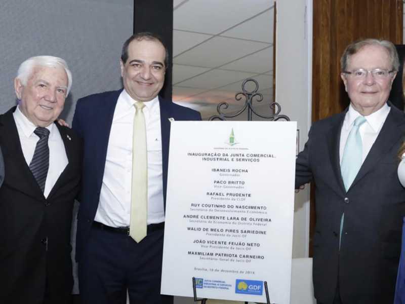 O secretário de Desenvolvimento Econômico, Ruy Coutinho com o presidente da JUCIS-DF, Walid Sariedine e o vice-presidente, João Feijão