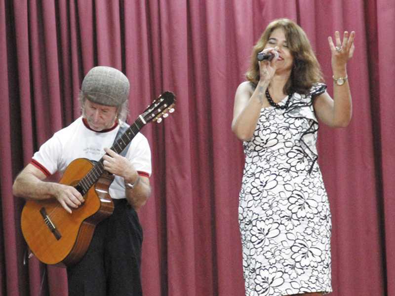 Danuza Pimenta Pietroforte acompanhada  pelo violonista Guelfo Colombo Neto