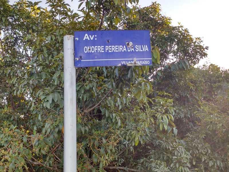 No Loteamento Village Paraíso esta placa de denominação de Av . Foi perfurada por vários disparos de arma de fogo