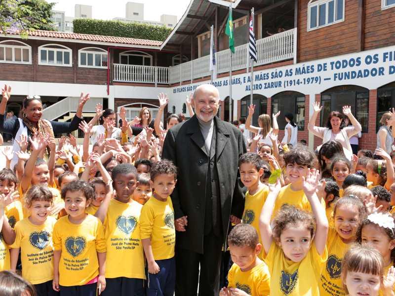 Paiva Netto é recebido com muita alegria pelas crianças atendidas na Supercreche Jesus, que faz parte do Conjunto Educacional Boa Vontade, na capital paulista