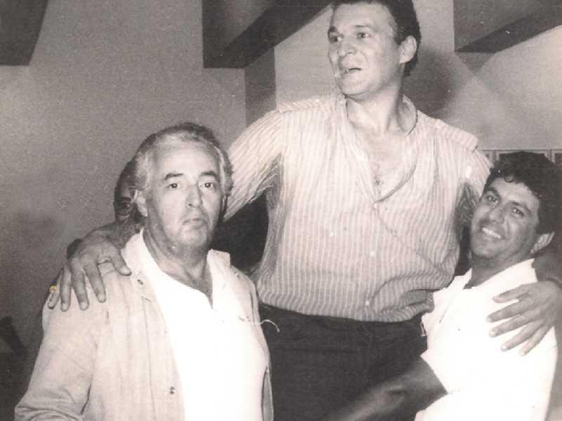 Saninho Montaldi, presidente da AAP em 1989 quando subiu para Primeira Divisão, ladeado por José Luiz de Paula e Júlio