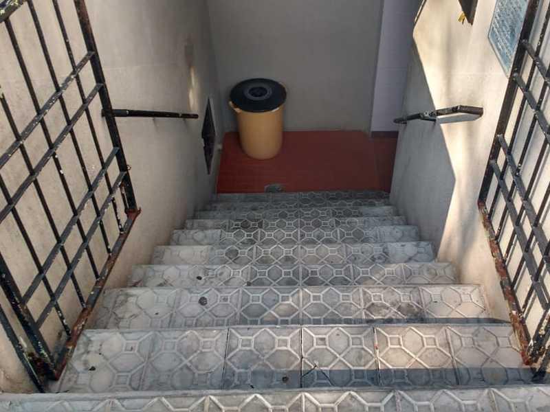 Escadarias para acessar o sanitário Público Municipal dificulta a  acessibilidade de pessoas com problemas físico de locomoção
