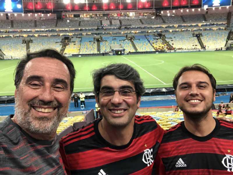 O ex-ministro da Saúde e ex-presidente da Caixa e da Terracap, Gilberto Occhi com  Paulo Rebelo e Gustavo Occhi, no Maracanã, sorrindo com a vitória do seu time
