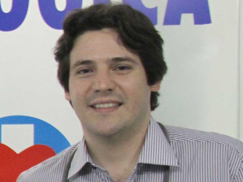 O cardiologista Dr. Flávio Vilela Diogo  recebe cumprimentos por mais  um ano de vida, no dia 23.