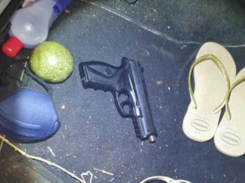 Vários objetos foram localizados e apreendidos no interior do Corola, inclusive uma arma de fogo