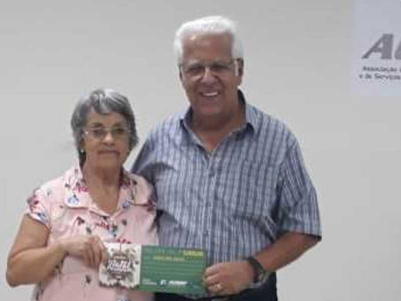 Benedita Furtado Medeiros  dos Santos, representando sua nora Paula Andreossi, ganhadora do vale compra no valor de  R$ 5 mil reais e o Presidente  da ACISSP Dr. Ailton Sillos