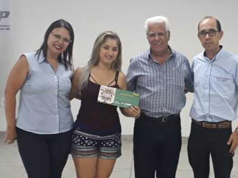 Delmira vendedora da Styllu´s Joias & Optca, Débora da Cruz Reis Santos e seu vale  compra de R$ 500 reais, Dr. Ailton Sillos da ACISSP e o representante da loja