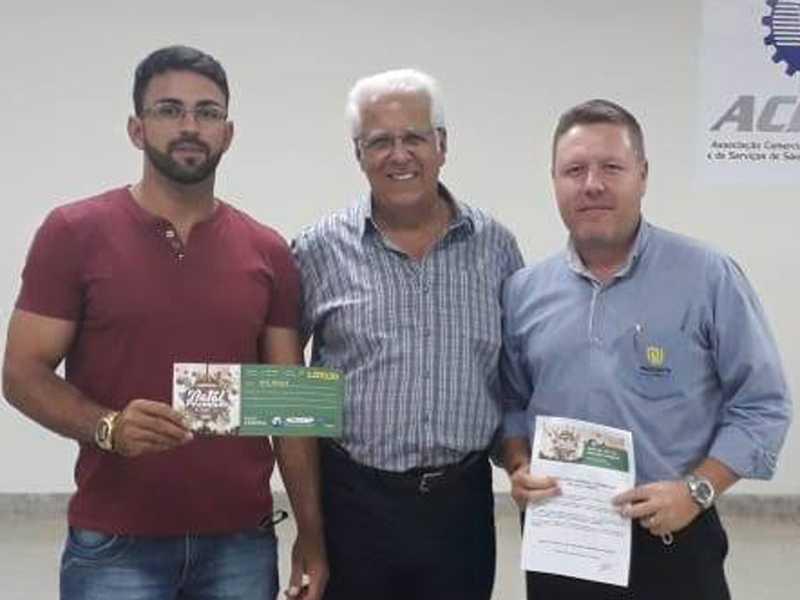 Felipe José Terra da Silveira, ganhador de um vale compra de R$ 1 mil reais, o Presidente da ACISSP Dr. Ailton Sillos e o vendedor a Presidente Joias Geison