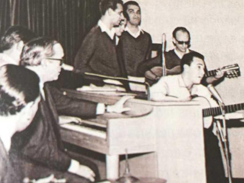 Foto 2 – Vinicius de Morais no piano...