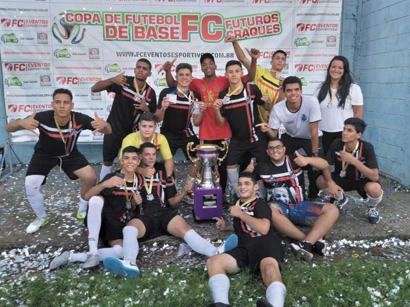 Meninos comemoram na quadra conquista de campeões em Pouso Alegre