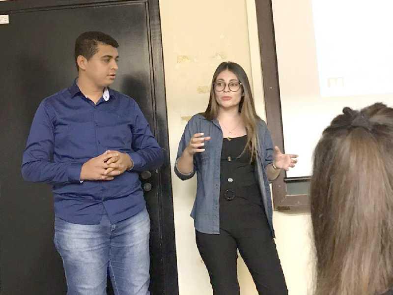 Estudantes da Lumus Comunicação com os professores orientadores após apresentação do trabalho