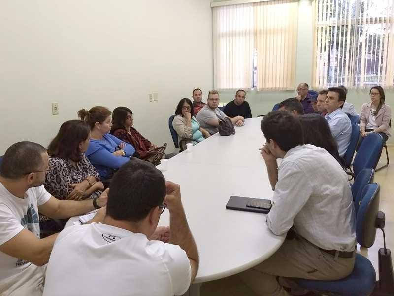vereadores, professores e representantes sindicais reuniram-se na Prefeitura com a secretária Maria Ermínia, que estava acompanhada pelo procurador do Município, Nilo Kazan de Oliveira e outros secretários municipais