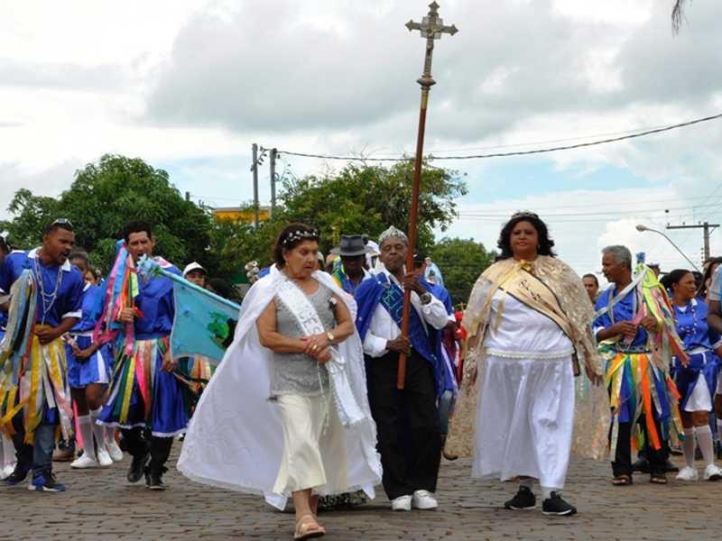 Reisado conduz o cortejo dos ternos até a matriz São Sebastião no centro de Paraíso