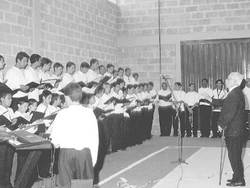 Pequenos Cantores de Cássia e o maestro Heitor Combat