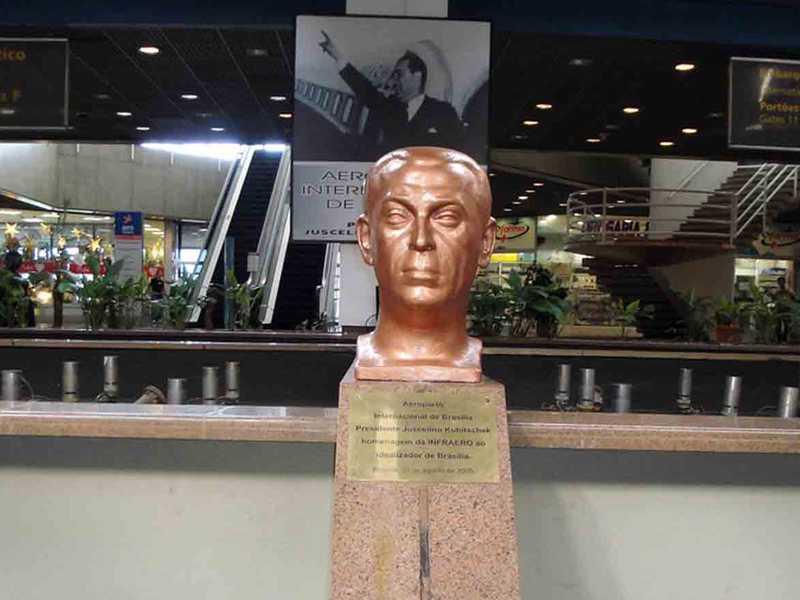 Busto de JK no Aeroporto de Brasília