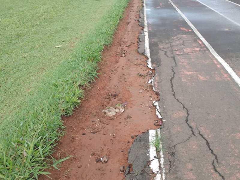 Devido o corte irregular do gramado no Campo da Praça de Esportes Mons. Mancini , está danificando a pista asfáltica do Atletismo