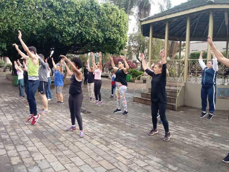 Uma aula de dança promoveu movimento e descontração às mulheres