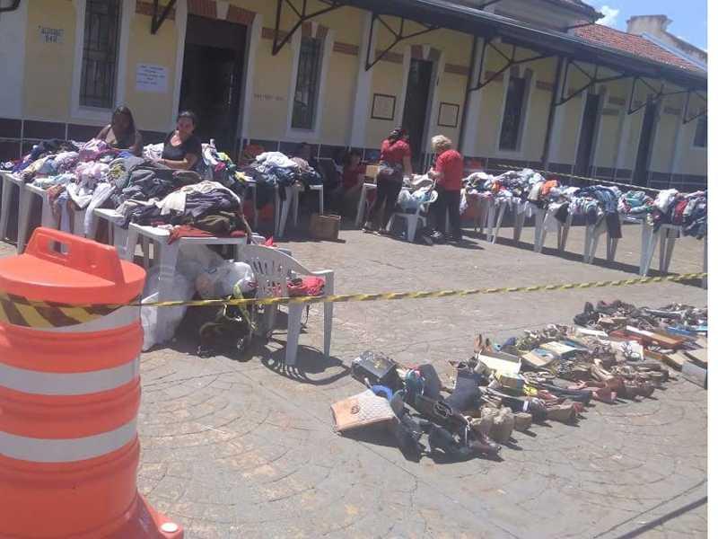Um dos dias do bazar ocorreu na Praça Olegário Maciel junto a Feira da Estação ao lado da Casa da Cultura