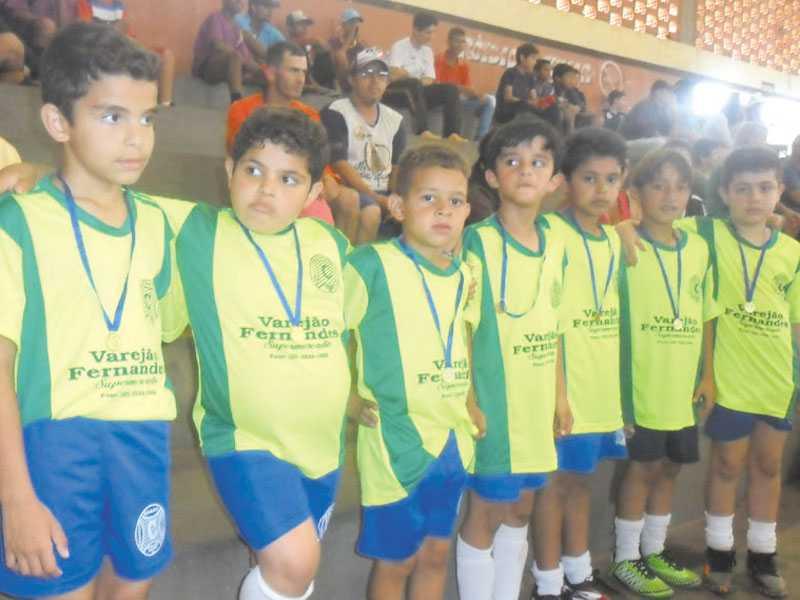 Atletas da equipe Sub-8 recebendo medalhas