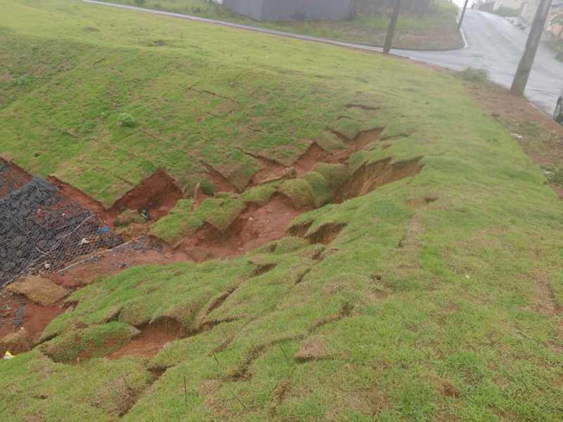 No início da obra de canalização de aguas pluviais do Jardim Maditerranèe , placas de gramas se soltaram