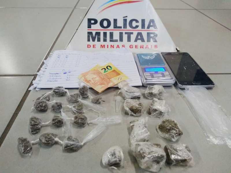 Dinheiro, folha de anotação do tráfico, celulares e várias porções de drogas foram recolhidas no bairro San Genaro