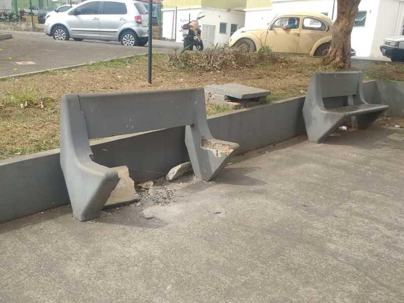 Em menos de quatro meses, este banco de concreto que fica localizado na praça Dr. Álvaro Pinto Vilela de frente a UPA, foi quebrado duas vezes por Vândalos