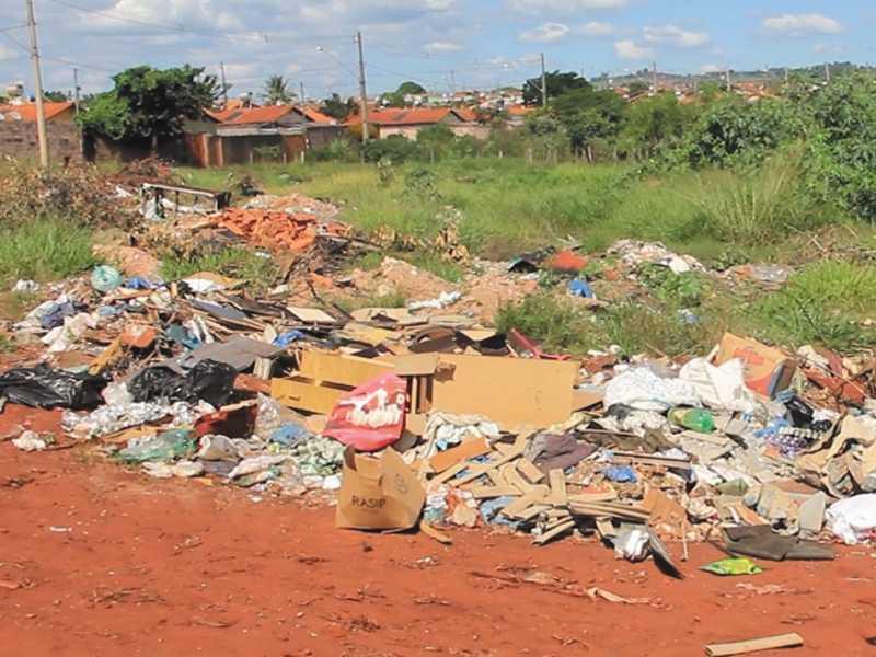 Sem ter onde descartar entulho, moradores descartam às margem do bairro Santa Tereza