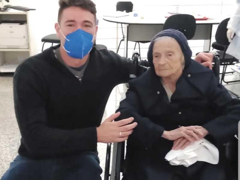 O médico e sua paciente Therezinha, que também venceu a luta contra o coronavírus