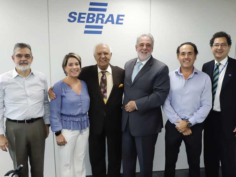Carlos Melles, na presidência do Sebrae, Luiz Aurélio Alzamora, Daniele Praxedes, este colunista, o presidente da entidade, Marcelo Amaral e Renato Naegele