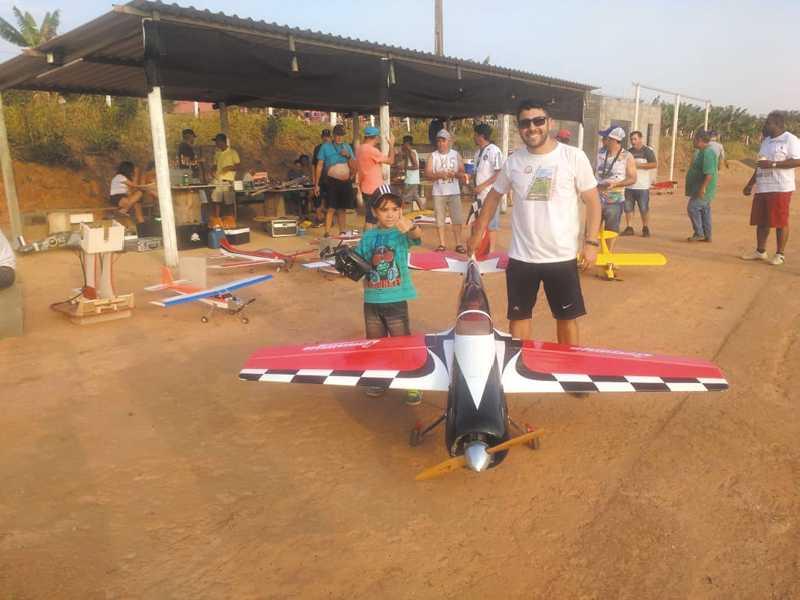 O precoce Piloto Raphael Fernando de apenas seis anos juntamente com o seu pai Raphael, ao lado do Aeromodelo SUKHOI