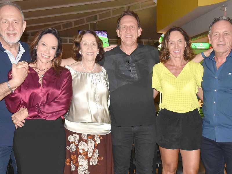 A felicidade do aniversariante cercado de seus irmãos, Cleber, Gisele, Suzilei, Mirela e Giovanini Lettieri