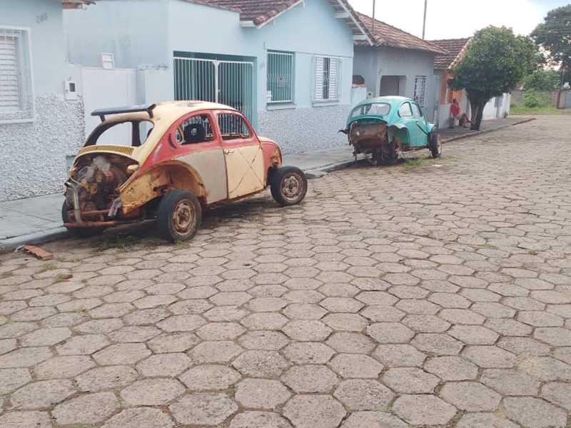 Carcaças de Carros Velhos abandonados na Rua 7 de Setembro na Vila Mariana