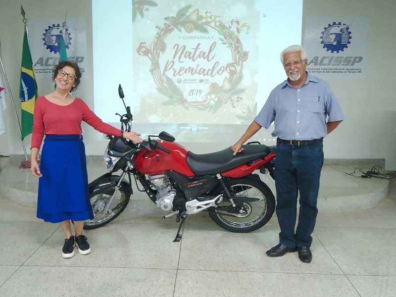A ganhadora da moto Rosilene Beatriz Passos e o presidente da ACISSP, Ailton Rocha de Sillos