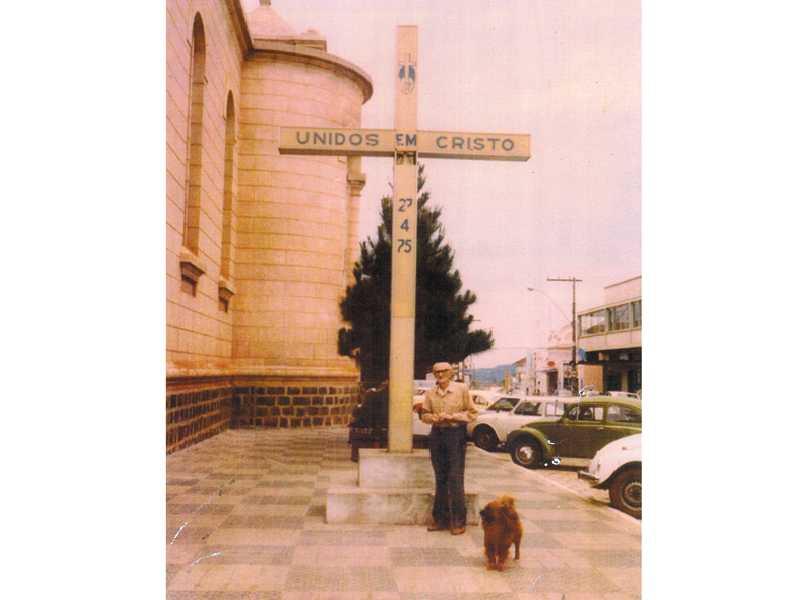 Saudoso escultor Johann Musil, foi ele quem restaurou a Estátua da imagem de São Sebastião que está colocada em cima de uma pedra as margens da rodovia MG 050