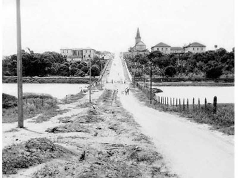 Antiga lagoa de São Sebastião do Paraíso, dividida pelo aterro para a abertura da rua Dr. Placidino Brigagão que terminava no Colégio Paula Frassinetti