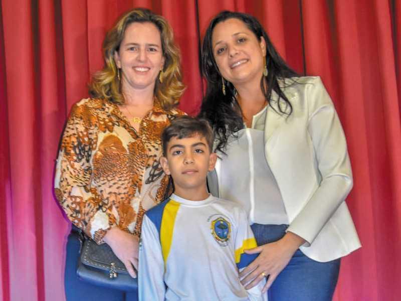 Ao lado de João, a professora de Língua Portuguesa Franciane Pimenta (à direita) e a professora de Tecnologia Educacional Cristiana Vasconcelos (à esquerda)