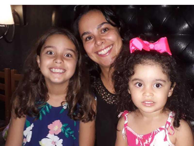 A professora da Libertas Stefânia Queiroz e as filhas Sophia e Alícia