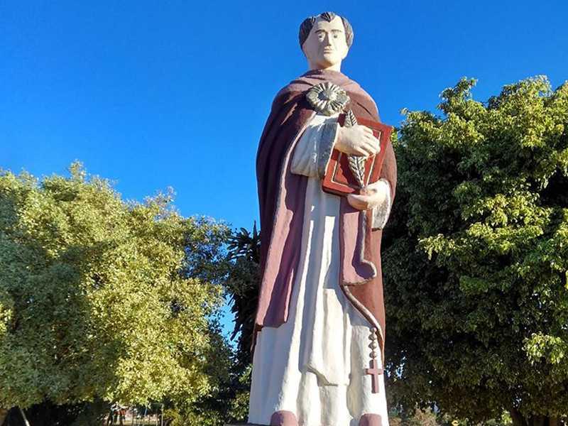 Estátua na entrada de  São Tomás de Aquino