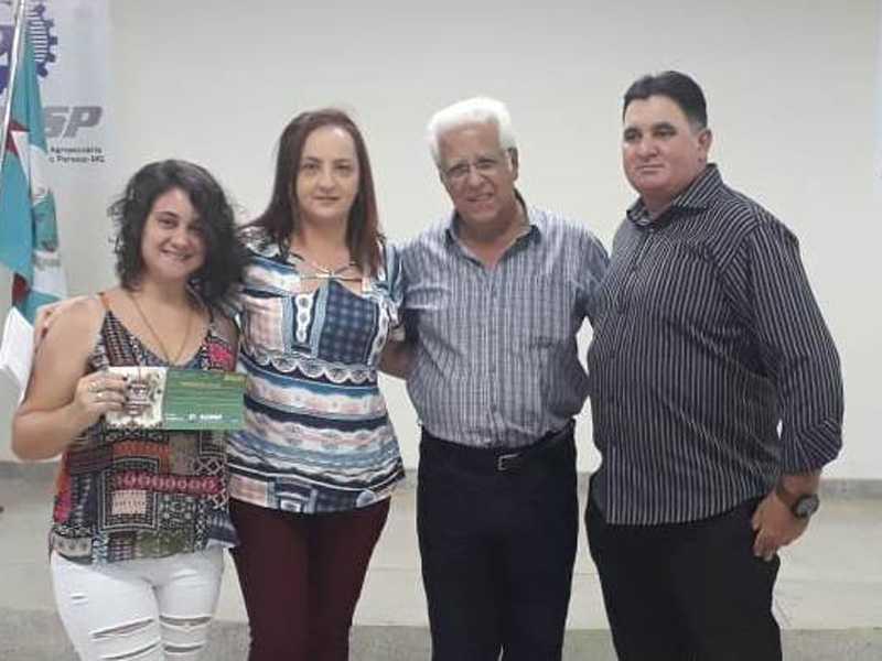 Rosilene Bicego Lanzoni, ganhadora do vale compra de R$ 300 os representantes da J S Refeições e Dr. Ailton Sillos Presidente da ACISSP