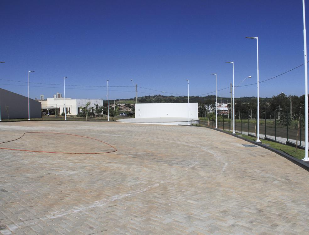 Construção de estacionamento e palco para apresentações artísticas, no valor de R$ 1.250.395,00