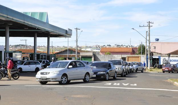 Falta de álcool e gasolina provocou corrida aos postos com a chegada de cada carregamento de combustível