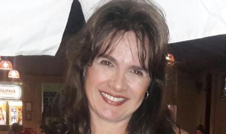 A cantora Denise Gonzaga Dias é de aura acolhedora e presença marcante