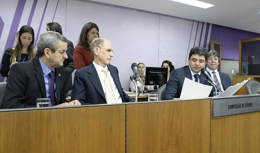 Deputado Arantes com membros da Comissão de  Saúde da Assembleia debatem crise nos hospitais