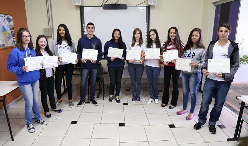 Durante a semana alunos classificados para a  próxima etapa do concurso receberam certificados