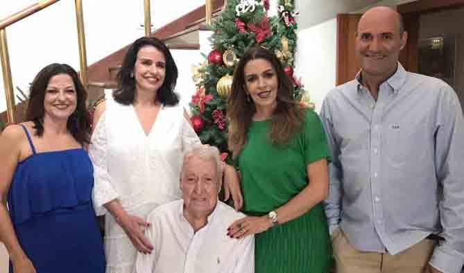 No almoço em comemoração aos bem vividos 90 anos do amigo Francisco Arinos, a alegria do aniversariante cercado dos filhos, Márcia, Denise, Mônica e Ricardo