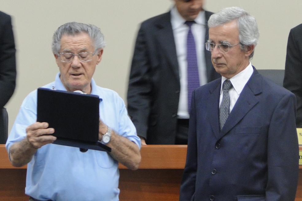 Secretário Parlamentar entrega placa de  homenagem ao jornalista Nelson Duarte